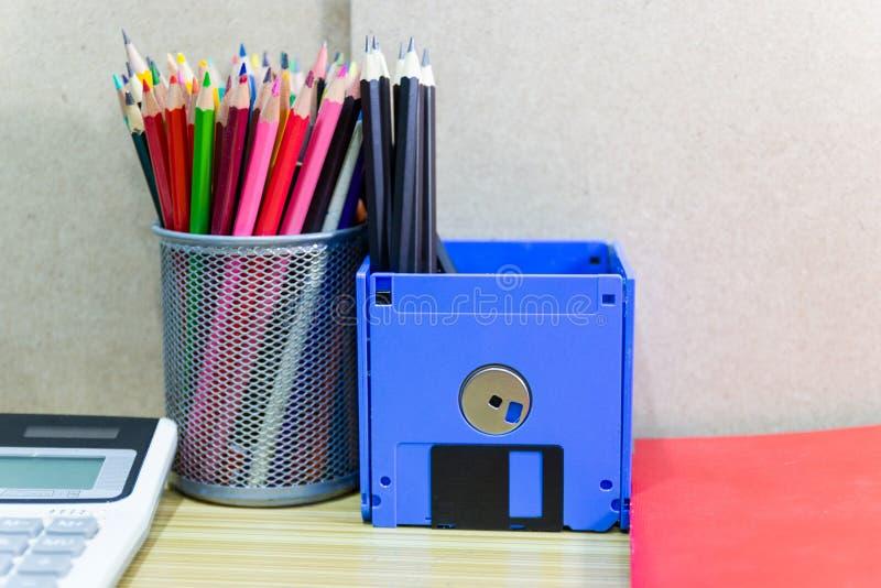 Ricicli il floppy disk, oggetti creativi usati per i rifornimenti del deposito quali le matite della penna fotografia stock
