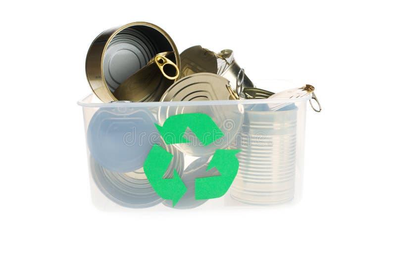 Ricicli il recipiente riempito di cibi in scatola isolati su bianco fotografia stock