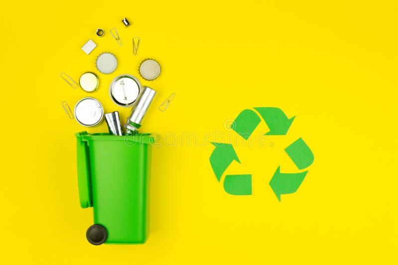 Ricicli il segno di riutilizzazione con il bidone della spazzatura fotografia stock