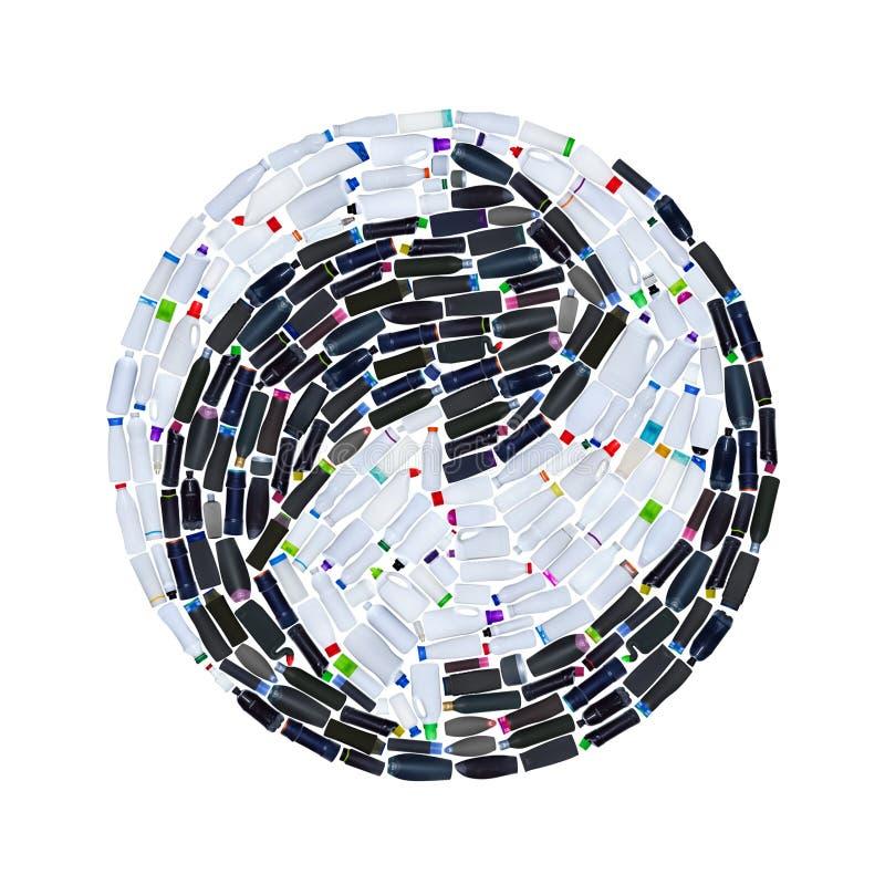 Ricicli il simbolo fatto di molte bottiglie di plastica - isolate su bianco fotografie stock libere da diritti