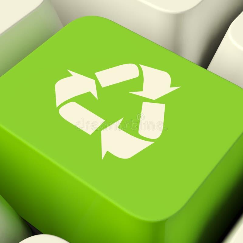 Ricicli il tasto del computer nel verde che mostra il riciclaggio e Eco amichevole immagine stock