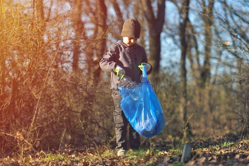 Ricicli l'addestramento pulito della lettiera dei rifiuti dell'immondizia del ciarpame residuo dei rifiuti Pulizia della natura,  fotografia stock libera da diritti