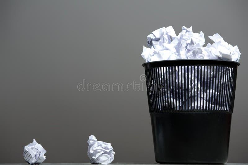 Ricicli lo scomparto riempito di documenti sgualciti fotografie stock libere da diritti