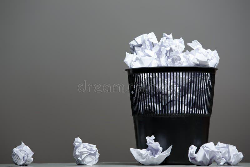 Ricicli lo scomparto riempito di documenti sgualciti immagini stock