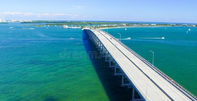 Rickenbacker Casuseway Widok z lotu ptaka na słonecznym dniu w Miami z zdjęcia royalty free