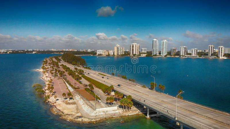 Rickenbacker vägbank i Miami, Florida Flyg- sikt på en beauti arkivbilder
