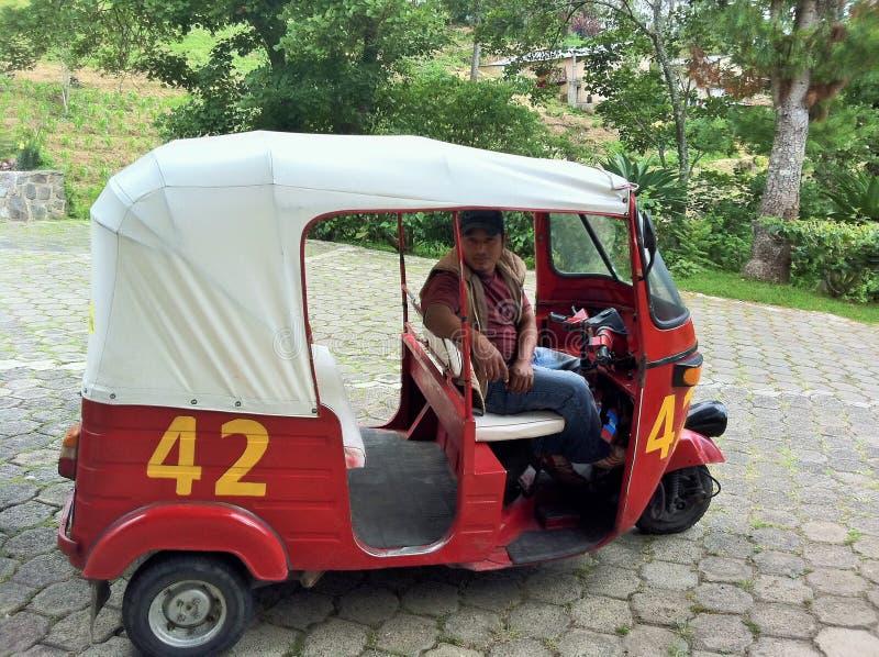 Rickshaw eller Tuktuk och chaufför arkivfoto