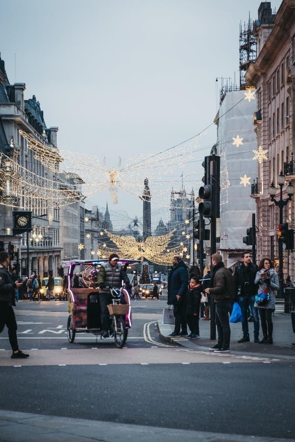 Rickshaw på vägen i Piccadilly Circus, London, UK arkivfoton
