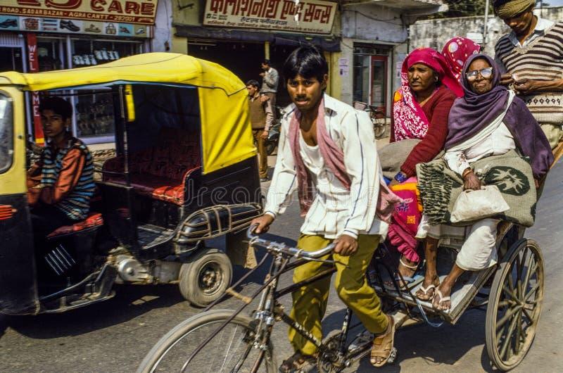 Rickshawchaufför Delhi India arkivbild