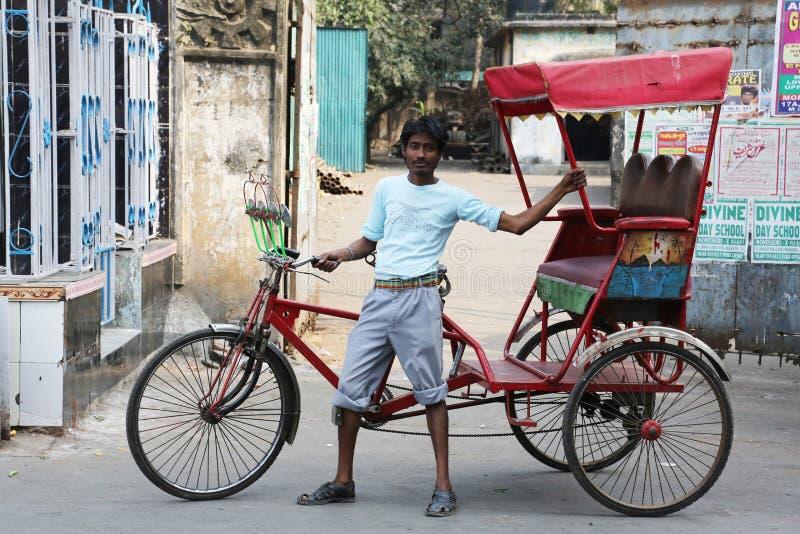 Rickshawchaufför i Kolkata royaltyfria bilder