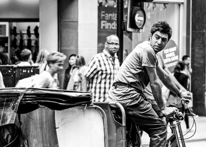 Rickshawryttare på den London gatan arkivfoton