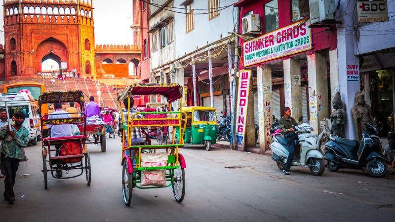 Rickshaws bredvid Jama Masjid i New Delhi, Indien på vägen royaltyfri fotografi