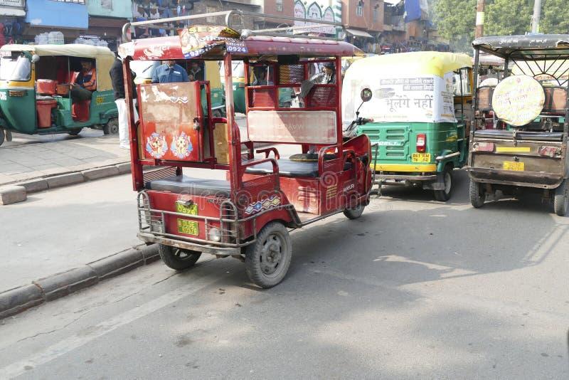Rickshaws op de drukke straten van Old Delhi royalty-vrije stock fotografie