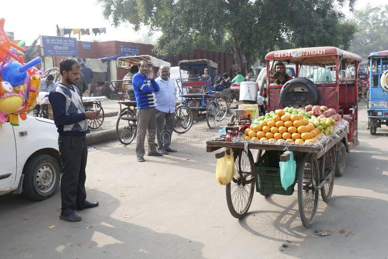 Rickshaws op de drukke straten van Old Delhi stock fotografie
