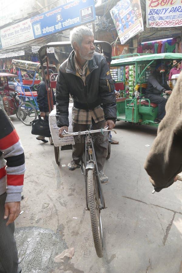 Rickshaws op de drukke straten van Old Delhi royalty-vrije stock foto