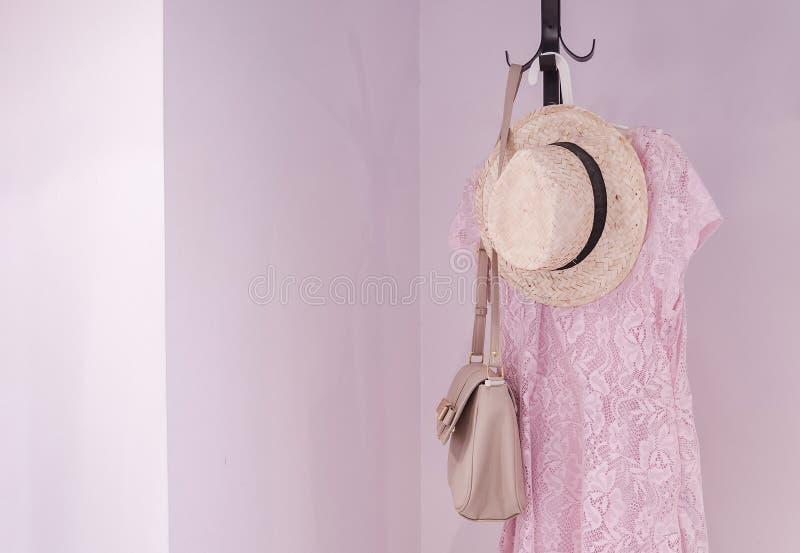 Ricopra lo scaffale d'accessori femminili in camera da letto, interior design per la casa fotografie stock