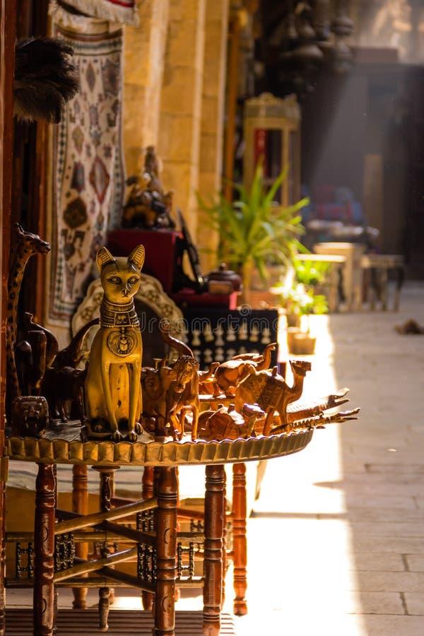 Ricordi antichi di Cat Statue a Khan el-Khalili Bazaar, Cairo i immagine stock
