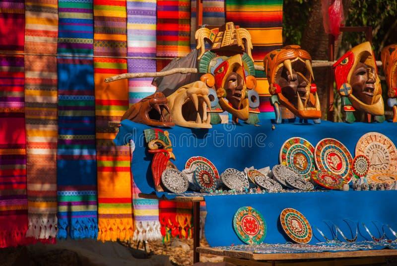 Ricordi dal Messico nel mercato Mestieri maya messicani, ricamo su tessuto, piatti, piramidi fotografie stock libere da diritti