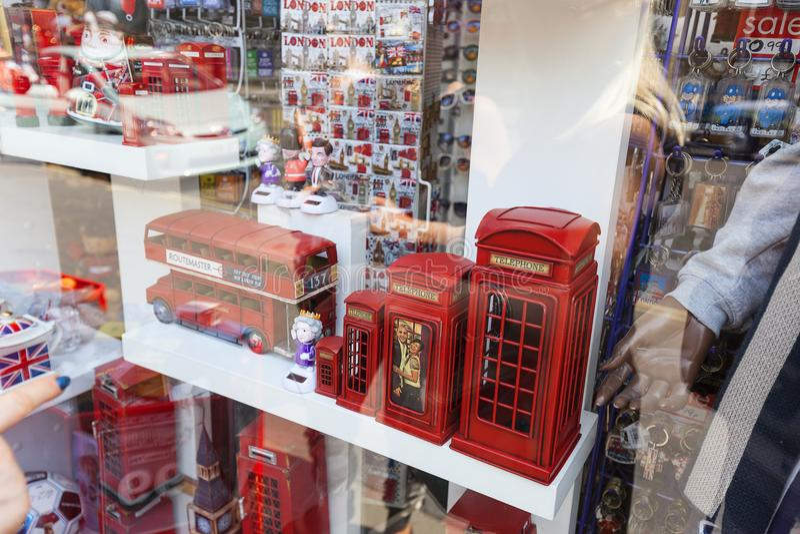Ricordi di Londra, dello Shopwindow, cabine telefoniche rosse, autobus a due piani ed altri simboli popolari della città, Londra, immagine stock libera da diritti