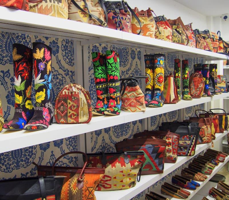 Ricordi fatti a mano tessuti turco Borse e gli stivali delle donne immagine stock libera da diritti