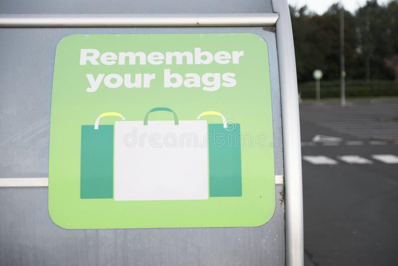 Ricordi riutilizzare i vostri sacchetti di plastica affinchè comperare contribuiscano a ridurre l'inquinamento e lo spreco fotografie stock libere da diritti