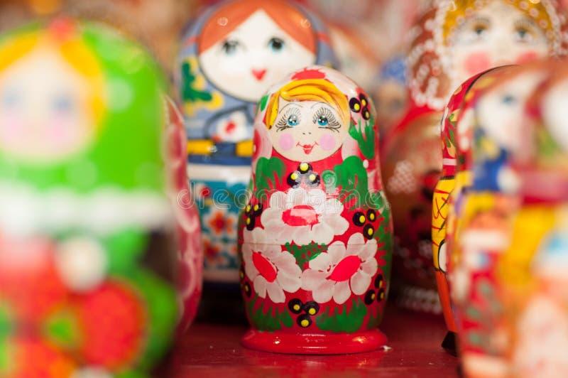 Ricordo russo della bambola di incastramento sulla via di Mosca fotografia stock