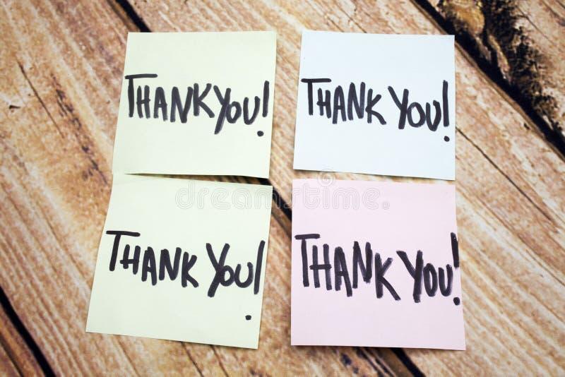 Ricordo scritto a mano di ringraziamento Messaggio positivo circa i valori Risposta scritta di riconoscimento Quattro vi ringrazi immagine stock libera da diritti