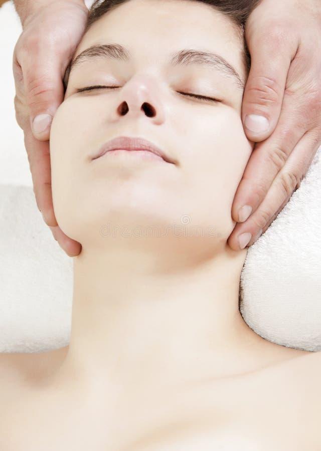 Ricorso attraente di massaggio della testa della ragazza fotografie stock