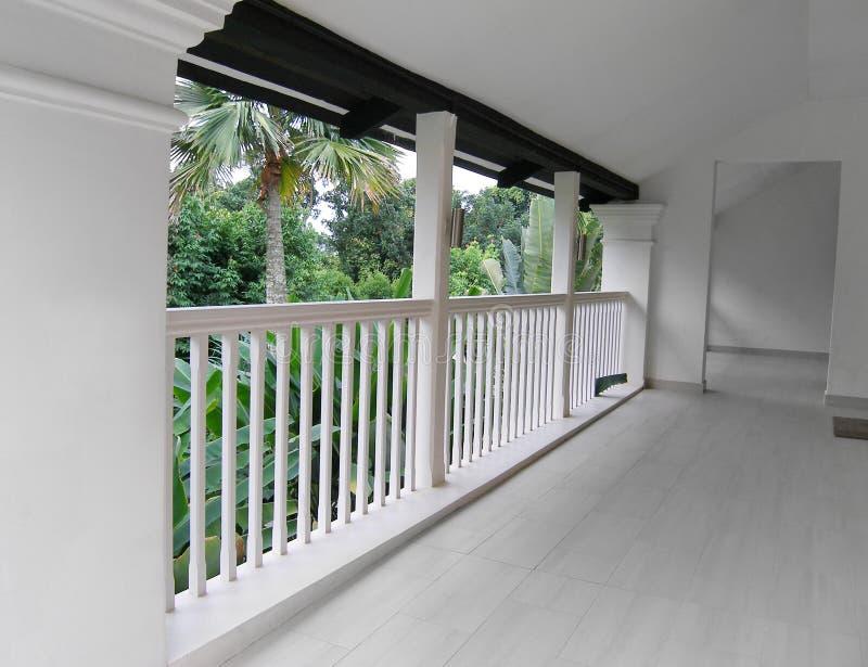 Ricorso bianco dell'interiore del balcone fotografie stock