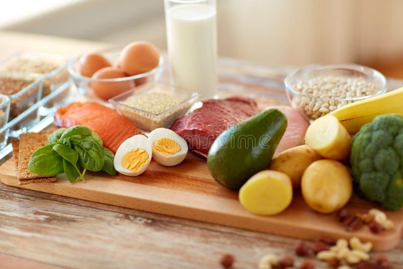 Ricos naturales en comida de la proteína en la tabla imagenes de archivo