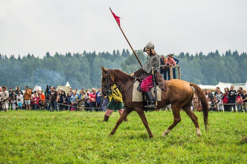 Ricostruzione della battaglia storica degli slavi antichi nel quinto festival dei club storici nel distretto di Žukovskij di Kalu fotografie stock libere da diritti