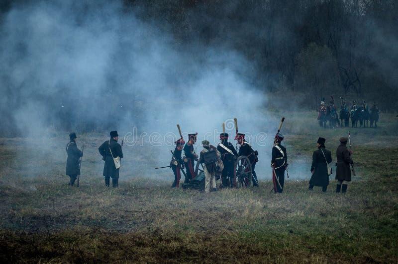Ricostruzione della battaglia storica fra le truppe del millefoglie e del Russo dalla città russa di Maloyaroslavets fotografia stock