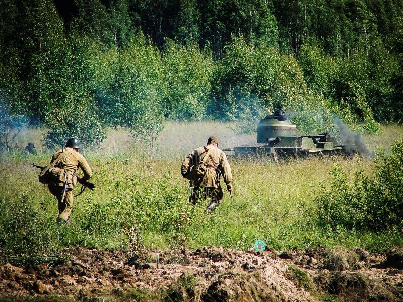 Ricostruzione della battaglia sulla strada a Mosca durante la guerra mondiale 2 nella regione di Kaluga in Russia fotografia stock libera da diritti