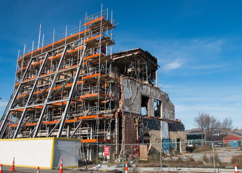 Ricostruzione della costruzione distrutta da un terremoto immagine stock