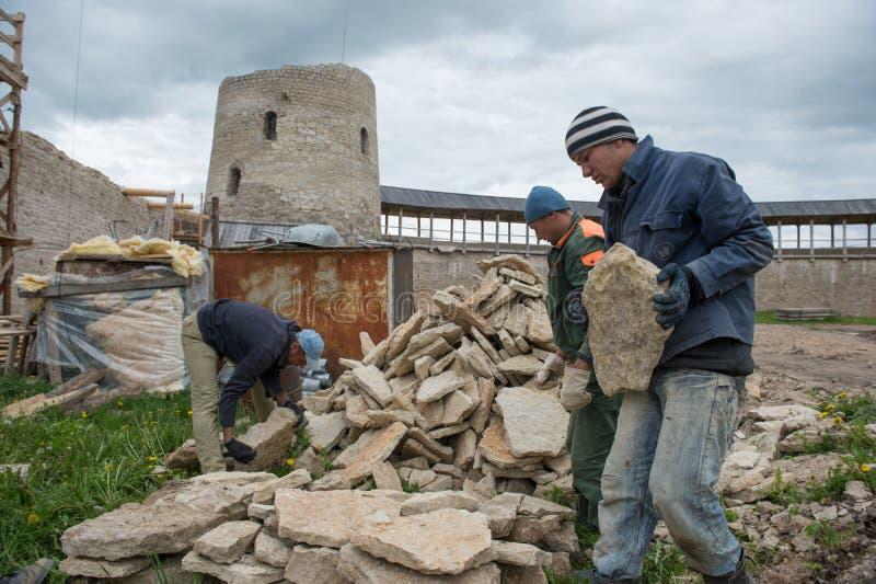 Ricostruzione della fortezza di Izborsk immagine stock