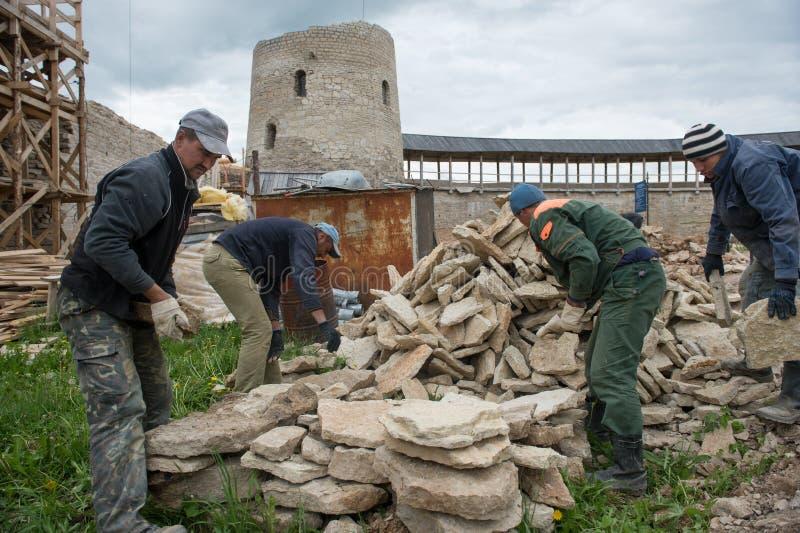 Ricostruzione della fortezza di Izborsk immagini stock