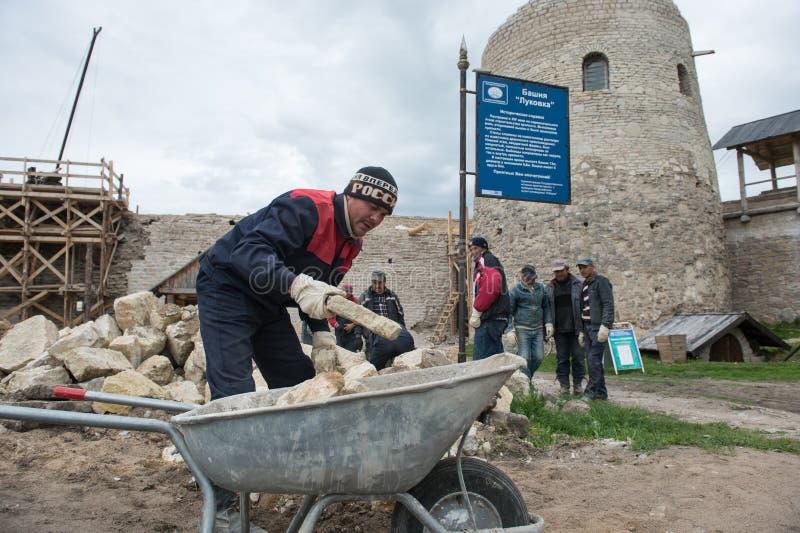 Ricostruzione della fortezza di Izborsk fotografia stock libera da diritti