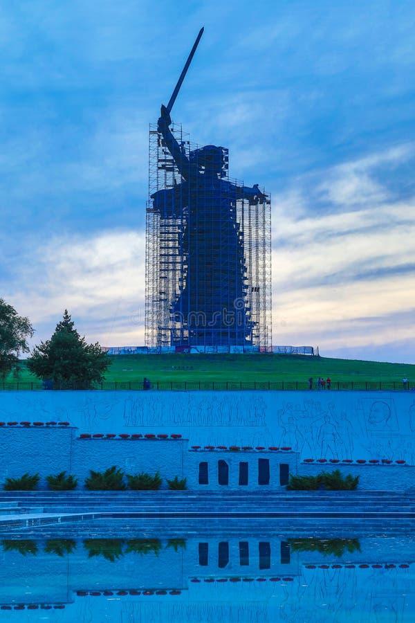 Ricostruzione della statua le chiamate della patria su Mamayev Kurgan a Volgograd fotografie stock