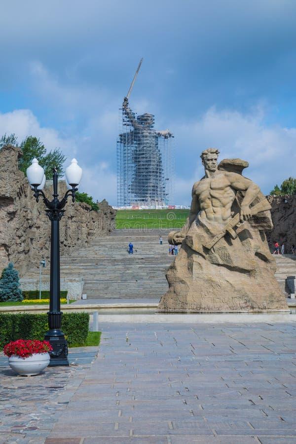 Ricostruzione della statua le chiamate della patria su Mamayev Kurgan a Volgograd fotografia stock libera da diritti