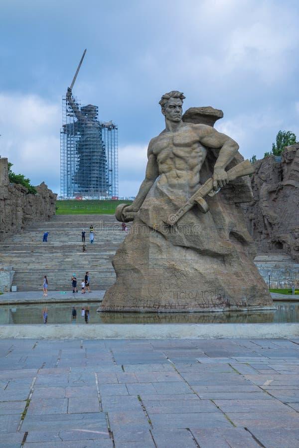 Ricostruzione della statua le chiamate della patria su Mamayev Kurgan a Volgograd immagine stock