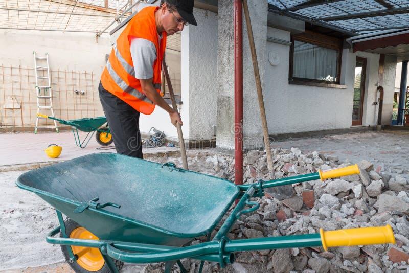 Ricostruzione di impermeabilizzazione e di isolamento di un tetto - terrazzo Fase di scavo e preparazione del fondo immagine stock libera da diritti