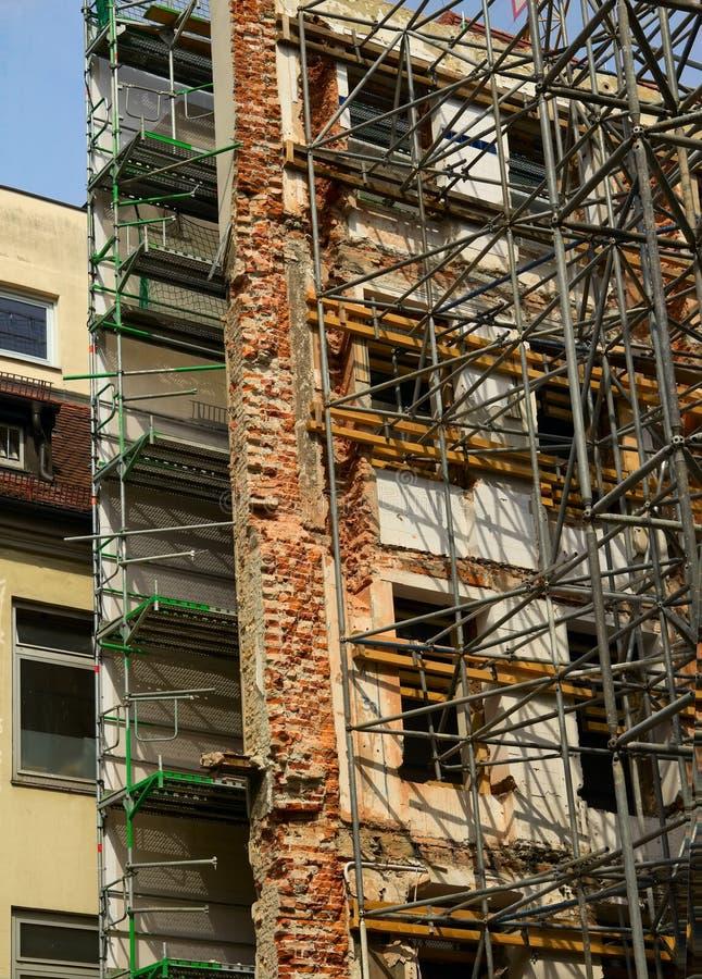 Ricostruzione di vecchia costruzione con l'armatura che subisce repai fotografia stock