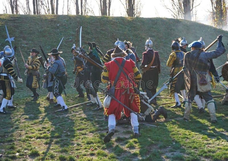 Ricostruzione storica di battaglia - soldati che combattono in una mischia fotografia stock libera da diritti