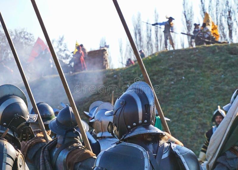 Ricostruzione storica di battaglia - soldato con un luccio protettivo dal cablaggio e dai caschi fotografia stock libera da diritti
