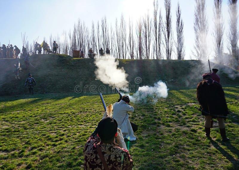Ricostruzione storica di battaglia - soldato-moschettieri d'attacco sparare alle protezioni fotografie stock libere da diritti