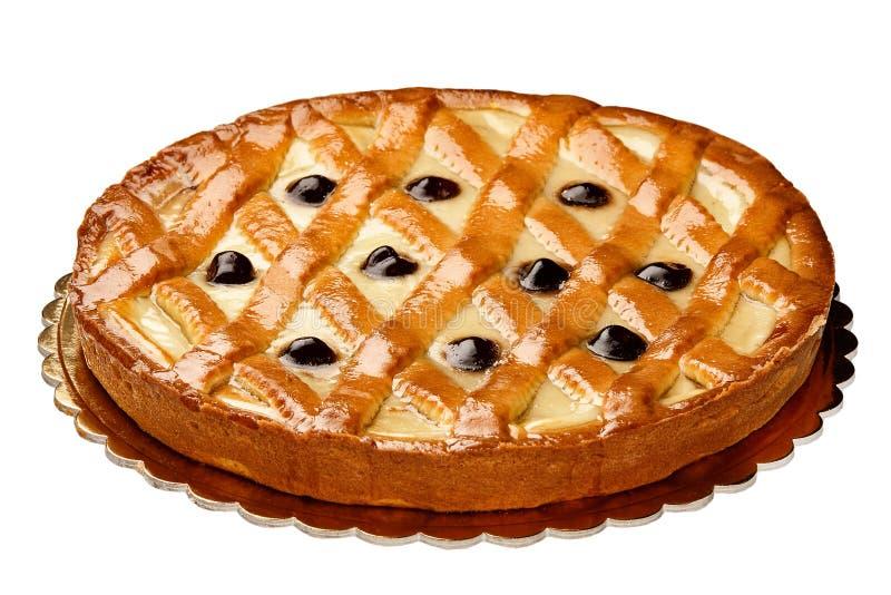 Ricotta entero de la torta y cereza amarga aislados imagen de archivo libre de regalías