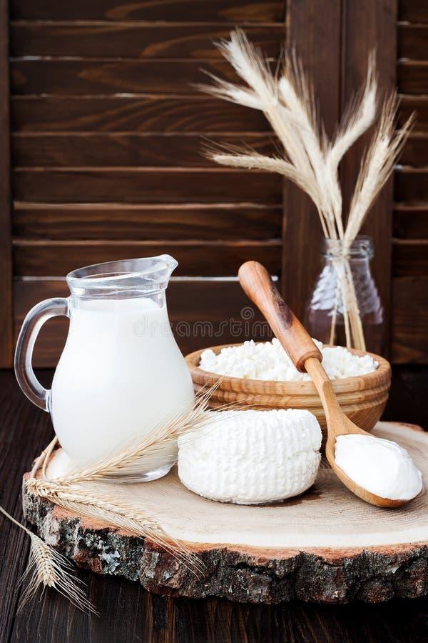 Ricotta fresca casalinga a pasta molle di ricotta Formaggio di Tzfat con i grani del grano Simboli della festa giudaico cristiana fotografie stock