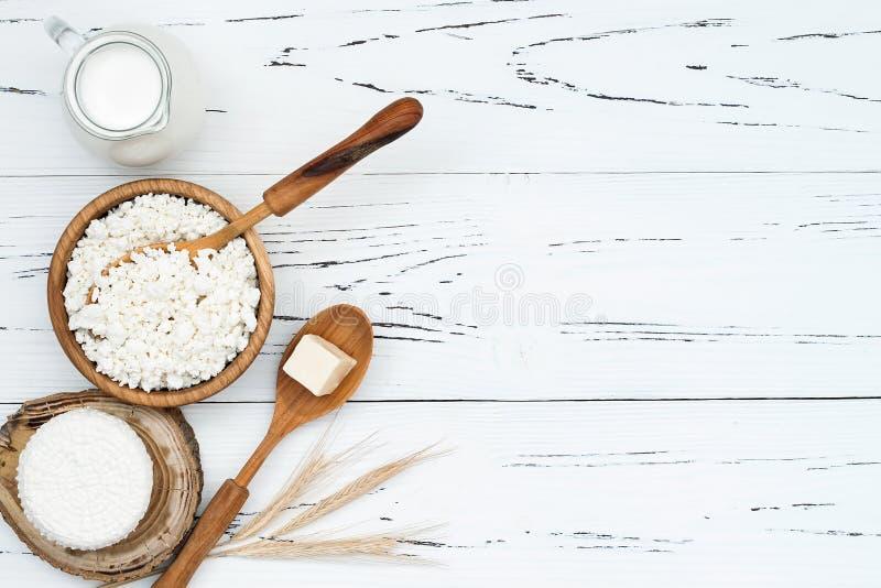 Ricotta fresca casalinga a pasta molle di ricotta Formaggio di Tzfat con i grani del grano Simboli della festa giudaico cristiana immagini stock