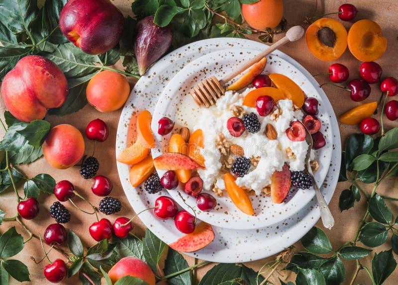 Ricottakäse oder Hüttenkäse mit Früchten lizenzfreie stockfotografie