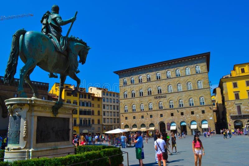 Rid- monument av Cosimo I i piazzadellaen Signoria Floren royaltyfria foton